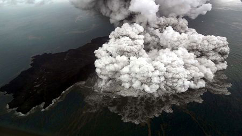 Air crew capture eruption of Anak Krakatau that caused tsunami