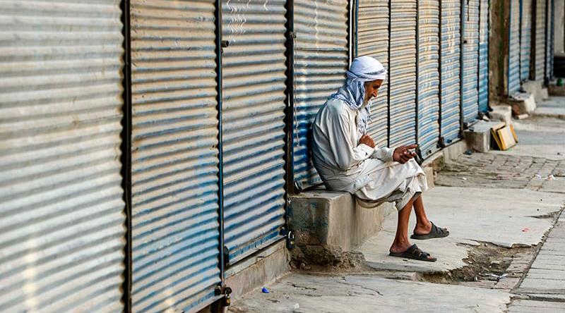 Rawalpindi traders defy lockdown orders, resume business activities