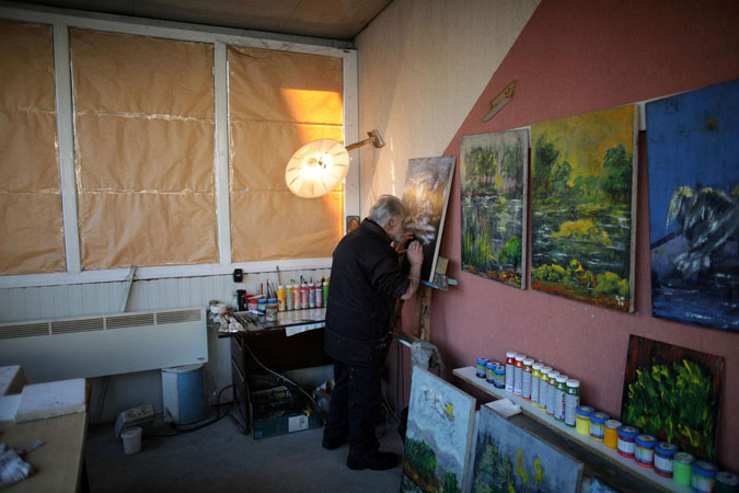 Blind Bulgarian artist finds a way to keep painting