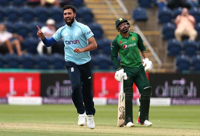 Saqib Mahmood strikes as England draw first blood